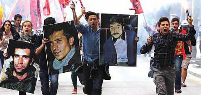 Emek Gençliği üyesi gençler, Ankara'da düzenlenen 1 Mayıs Birlik, Mücadele ve Dayanışma Günü'nde 6 Mayıs'ta idam edilen Deniz, Yusuf ve Hüseyin'in posterleri ile 6 Mayıs'taki anma yürüyüşlerine katılmaya çağırdılar